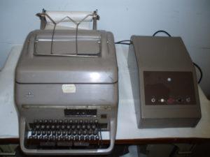 Siemens telegraaftoetsel met bladschrijver en schakelkast